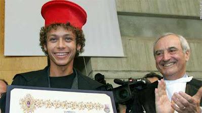 Rossi menerima gelar doktor.jpg