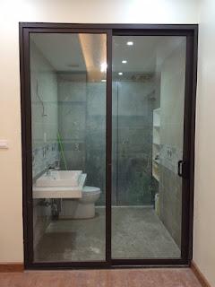 Cửa trượt 2 cánh XINGFA nhập khẩu sử dụng nhôm XINGA hệ 93 làm cửa nhà vệ sinh.
