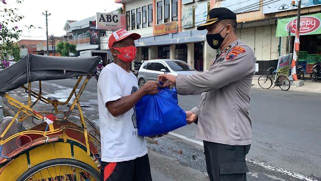 Polres Purbalingga Laksanakan Bakti Sosial Berupa Sembako Dibagikan Tukang Becak