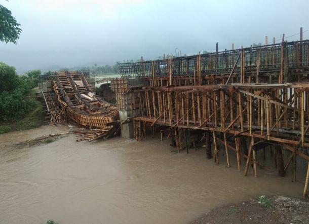 Anggarannya Hampir Rp2 M, Konstruksi Jembatan di Barru Malah Hanyut Diterjang Arus Sungai
