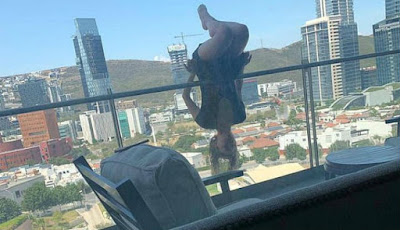 Pose yoga dari balkon lantai 6