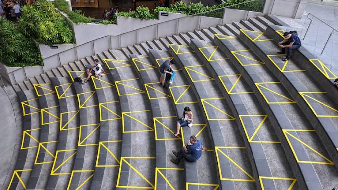 El uso creativo de la cinta adhesiva en Singapur para marcar el distanciamiento social