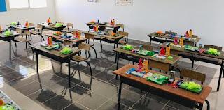 """بالصور.. أستاذ السلك الإبتدائي الملقب بـ""""ميكي ماوس"""" بإقليم الحسيمة يحفز تلاميذه على التعليم والدراسة بتوزيع الهدايا والحلويات ومعقمات التنظيف.. ✍️👇👇👇"""