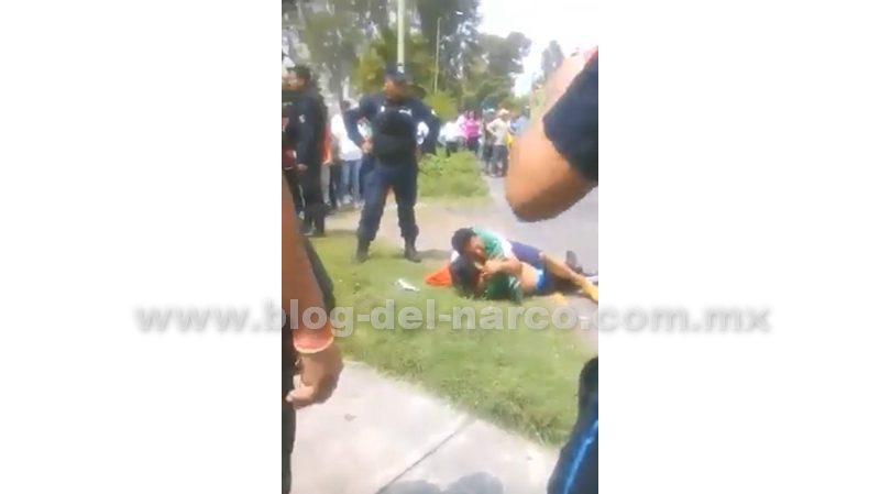 Vídeo; ''¡Hijo mío!'', llora padre abrazando a su hijo ratero abatido por Policías en Ecatepec