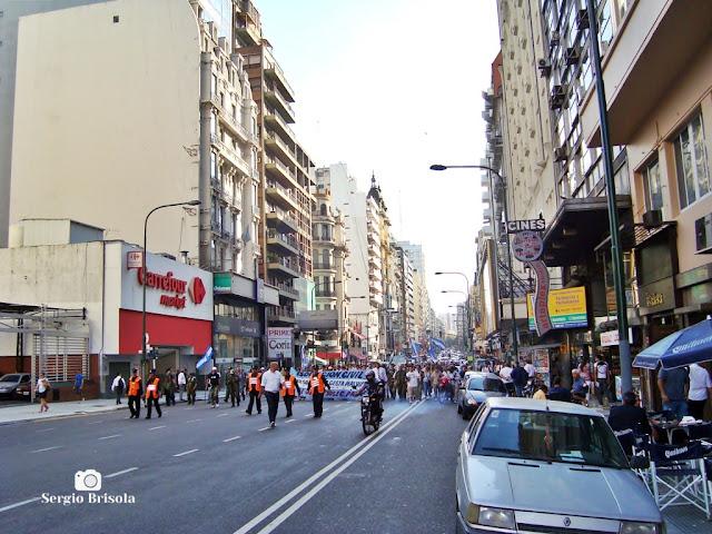 Manifestantes na Avenida Corrientes - Buenos Aires