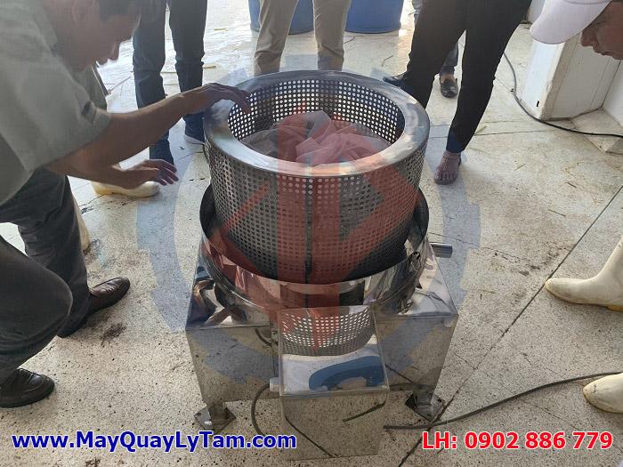 Máy vắt ly tâm Vĩnh Phát dễ dàng tháo lắp lồng ngoài, vệ sinh đơn giản và thuận tiện