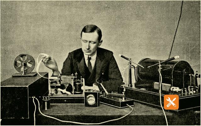 Marconi di depan perangkat penerima untuk telegrafi nirkabel, ilustrasi berukir vintage. Dari Semesta dan Kemanusiaan, 1910.