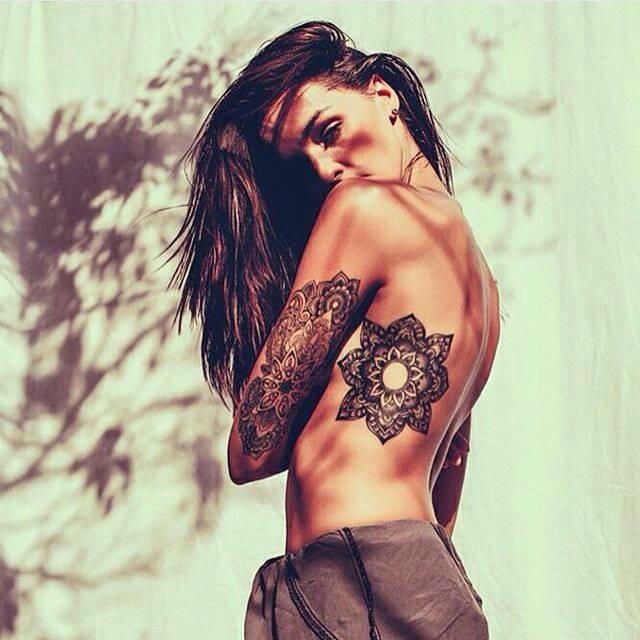 Una chica con taatuaje en las costillas muy bonito y elegante