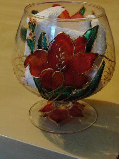 Kwiaty w otoczeniu złota w szklanym kielichu :)
