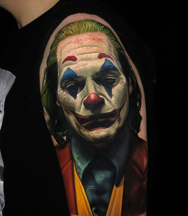 Tatuaje Joker Joaquim Phoenix por Nikko Hurtado