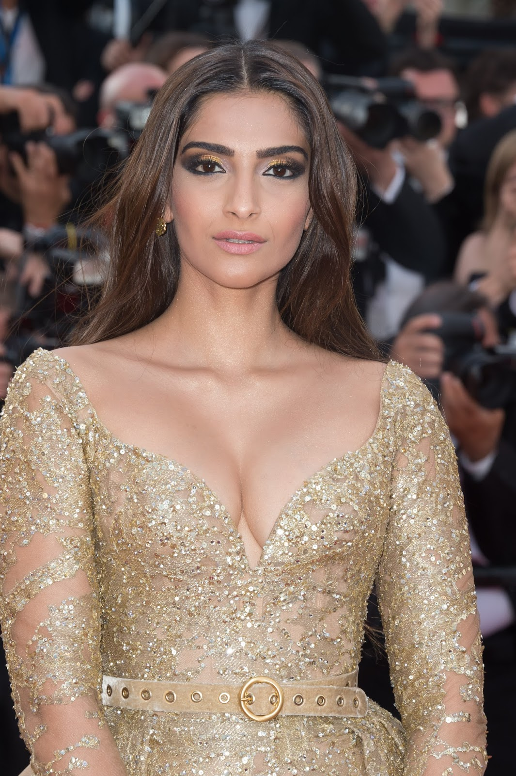 Sonam Kapoor Sexiest Cleavage Show In Elie Saab Couture At -7207