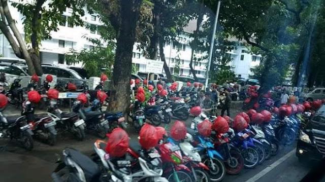 Cegah Aksi Gabut, Tukang Parkir Mulia Ini Bungkusi Satu-persatu Helm yang Diparkir