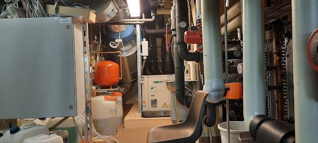 Taidemuseon vintillä oleva ilmastoinnin konehuone.