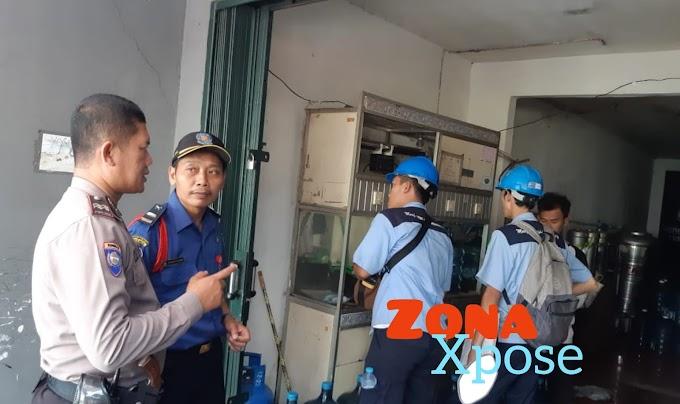 Aiptu Cecep Supriyadi Dampingi Petugas PLN Cek Meteran Listrik Warga