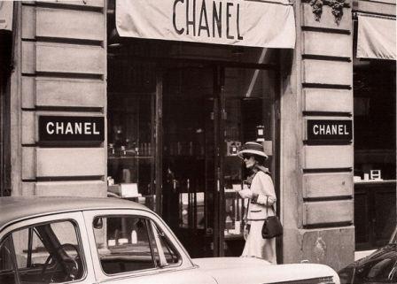 Svoj prvý butik otvorila Coco Chanel v roku 1912. Navrhovala vysoko  elegantné a pohodlné oblečenie a zároveň ho sama nosila. e32dc0f94fa