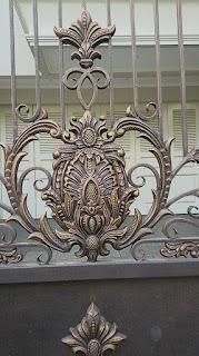 ornamen besi tempa adalah pagar mewah