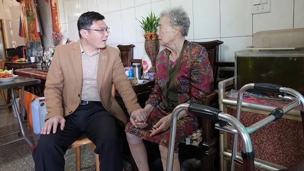 鹿港鎮今年表揚28位模範母親 東石里施呂綉鳳最年長