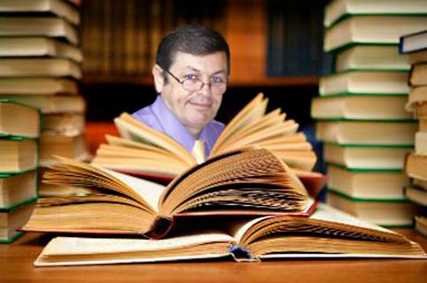 Rubén Sada leyendo, entre libros, poesía, poemas, versos, rimas