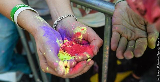 Wg posła PiS obsypywanie się kolorowymi proszkami jest zagrożeniem dla chrześcijaństwa!