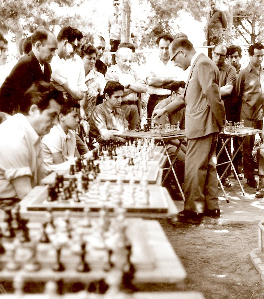 Rafael Saborido Carré dando unas simultáneas de ajedrez