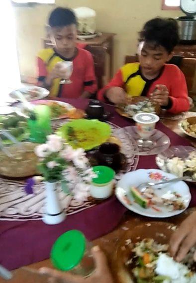 Adab Makan dan Minum Menuju Ridho Alloh Subhanahu Wata'ala