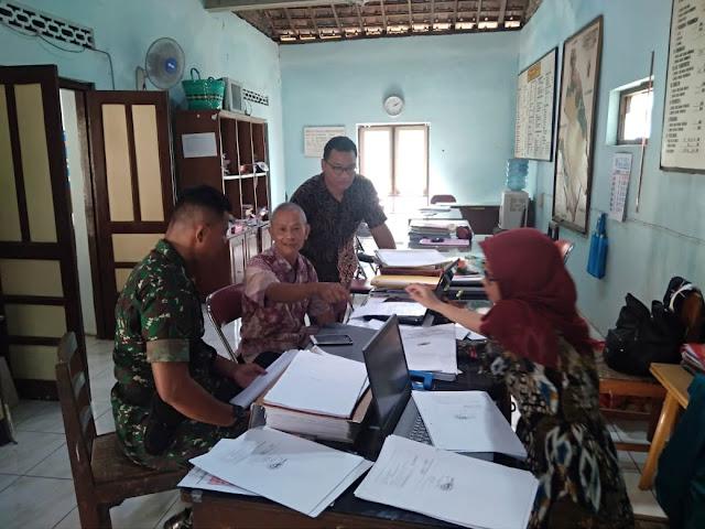 Babinsa Koramil 23/Ceper Laksanakan Komsos Di Kantor Kepala Desa