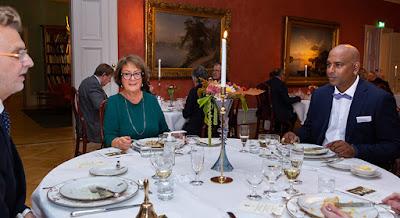 Bild på ett av borden vid middagen, med landshövdingen till vänster och Marcus Göthberg till höger i bild