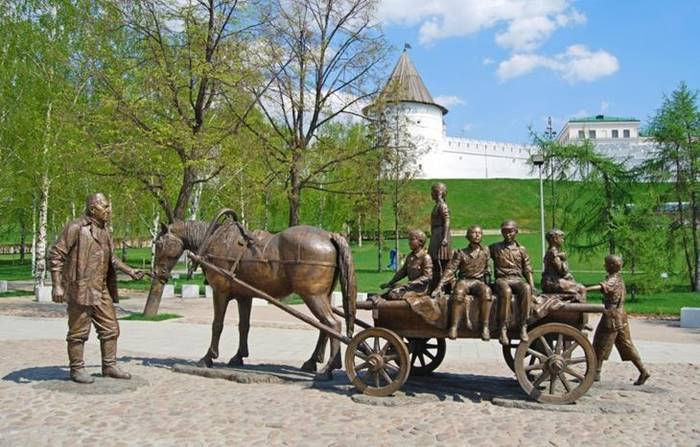 In Kazan, you can see the Monument to the philanthropist Asgat Galimzyanov. In Soviet times, he transferred money to orphanages and a boarding school and donated new cars. This person gave 75 buses to some buses.