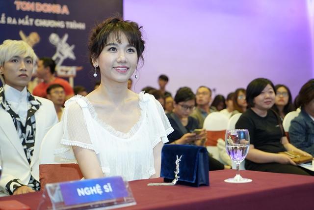 Hari Won trong buổi ra mắt chương trình Giọng ca bí ẩn