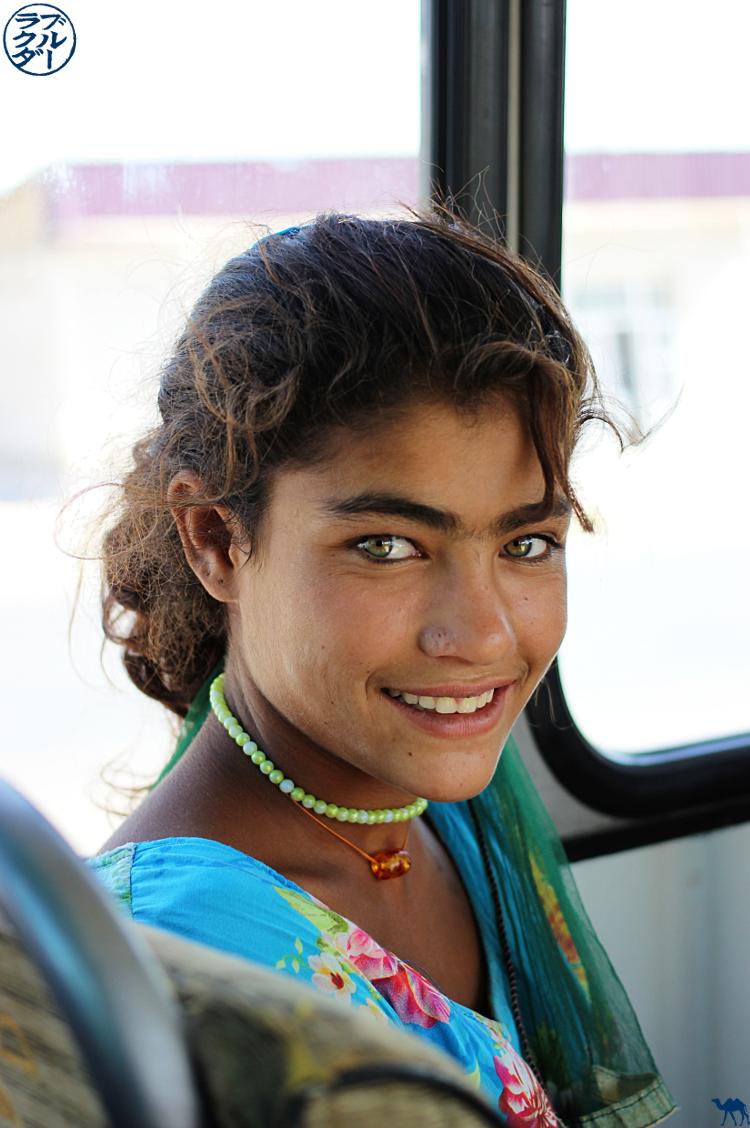 Le Chameau Bleu - Blog Voyage Ouzbékistan - Jeune du bus de Khiva