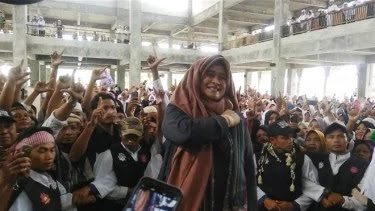 Sempat Disambut Demonstrasi, Ribuan Warga Lombok Sambut Neno Warisman