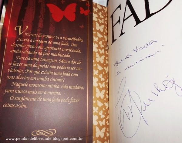 Orelha do livro A Fada, Carolina Munhóz, Fantasy - Casa da Palavra, autografado