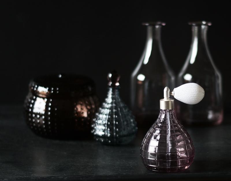 Blog + Fotografie by it's me! - Glasflakon mit Vasen und Glasgefäßen im Hintergrund