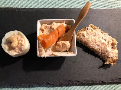 Tartinade de saumon fumé et noix de cajou sur un oeuf dur et sur du pain
