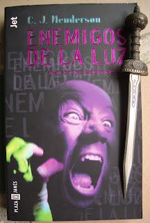 Portada del libro Enemigos de la luz, de C. J. Henderson