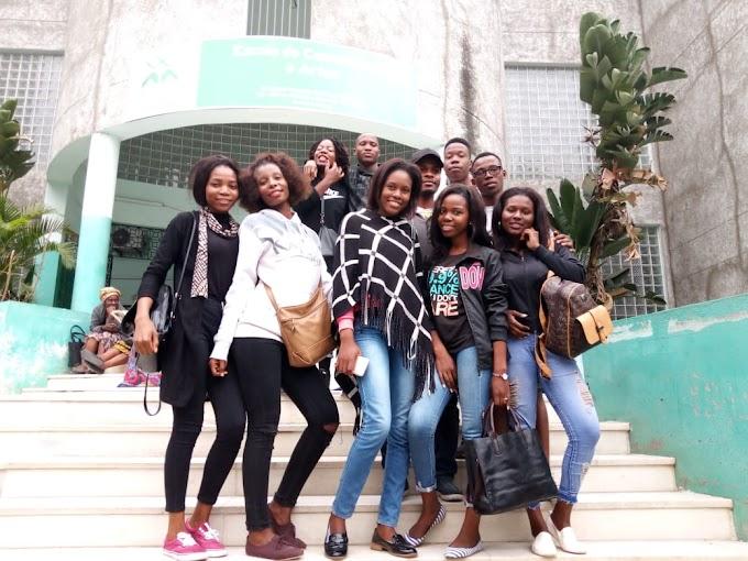 """""""Foto família"""" com estudantes finalistas da ECA"""