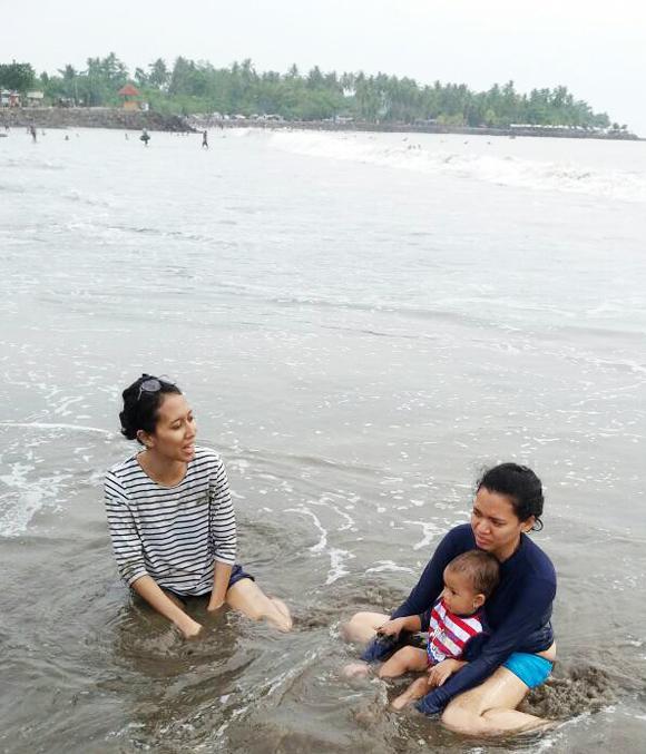 liburan-anak-di-pantai-anyer