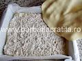 acoperim crema de nuca cu ultima foaie de prajitura - preparare reteta Arlechino