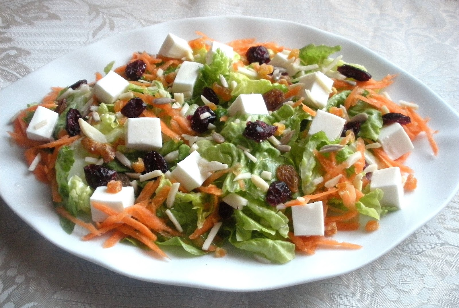 Aqui Se Cocina Ensalada De Lechuga Zanahoria Y Queso Fresco Con Frutos Secos Learn how to use the spanish sentence mi ensalada tiene lechuga y zanahoria. (my salad has lettuce and carrot.) by discussing it with the duolingo i listened in both normal and slow speed and did not hear the 2nd a pronounced in zanahoria. ensalada de lechuga zanahoria y queso