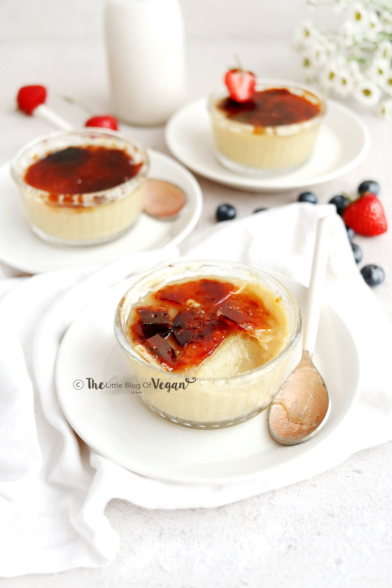 Creme-brulee-desserts-in-glass-ramekins