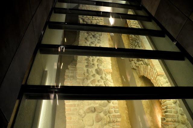 Fragment nowożytnego muru biskupa Lubrańskiego na poznańskim Ostrowie Tumskim w rezerwacie archeologicznym Genius Loci