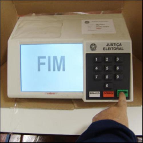 #PraCegoVer: Tela da urna eletrônica, fim de votação.