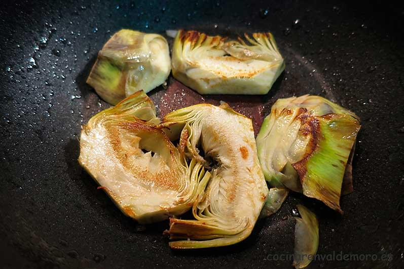 Haciendo las alcachofas a la plancha