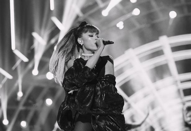 Ariana Grande rinde tributo a Whitney Houston (VIDEO)