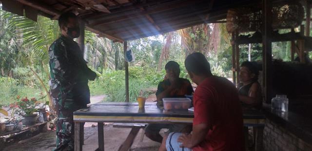 Cegah Penyebaran COvid-19 Diwilayah Binaan, Personel Jajaran Kodim 0207/Simalungun Laksanakan Edukasi Kepada Masyarakat