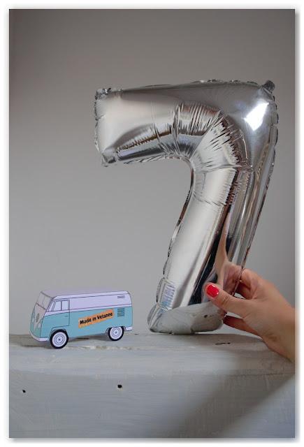 ballon argenté en forme de 7 et papertoy mini van combi made in velanne