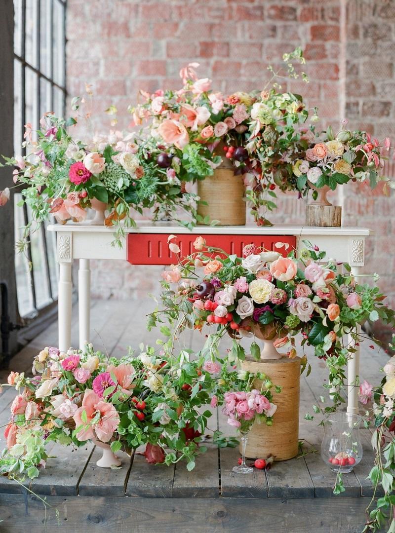 mesa con composiciones florales naturalistas