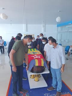 Corpo de Assis Carvalho é velado e sepultado no cemitério Campo da Esperança em Oeiras