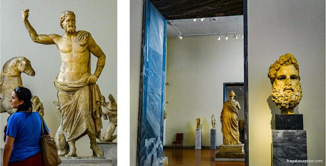 Estátuas de Poseidon e Zeus no Museu Nacional de Arqueologia de Atenas, Grécia