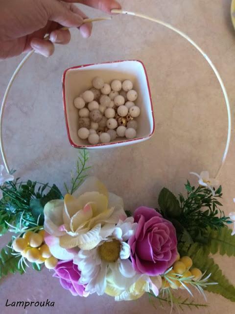 φτιάχνουμε στεφάνι με λουλούδια και χάντρες